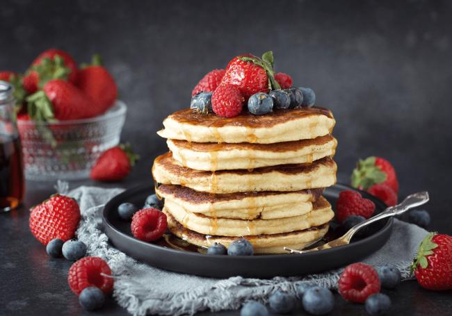 Glutenfria amerikanska pannkakor med fiberhusk. Toppade med jordgubbar, hallon, blåbär och maple syrup